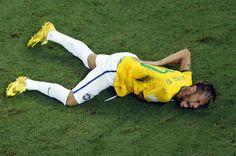 El jugador brasileño Neymar se duele tendido en el suelo. La estrella de La Canarinha ha sufrido una fractura en la tercera vértebra lumbar y queda fuera del Mundial.