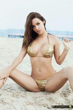 Erotic gorgeous paradise woman