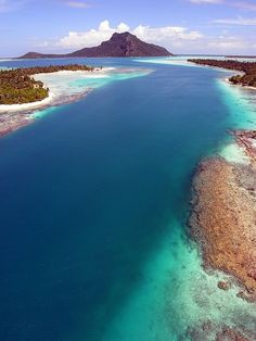 Passage on the coral reef in Maupiti Island, French Polynesia (by Pierre Lesage).