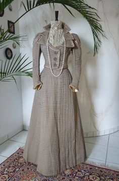 Walking Dress, ca. 1899 (reminds me of the Andrea Schewe Simplicity pattern 4156 w/o the big puffy sleeves