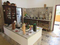 Ilha do fogão na cozinha integrada com a sala. Casa Ecológica águas finas.