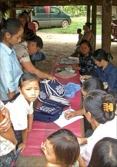 CAMA CRAFTS in Vientiane en Luang Prabang (Loas). Deze winkel biedt werkgelegenheid aan meer dan 250 Hmong en Lao vrouwen door hen te helpen handwerk te creëren en te verkopen. Voor veel van deze vrouwen is dit hun enige bron van inkomsten. Door je souvenirs te kopen bij Cama Crafts kun je dus een positieve invloed uitoefenen op het leven van deze vrouwen en hun gezinnen.