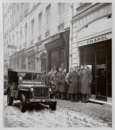 American soldiers standing in front of 31 rue Cambon in 1945. They were buying Chanel N°5 perfume.