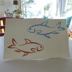 Plat en porcelaine peinte main, décor aux deux poissons