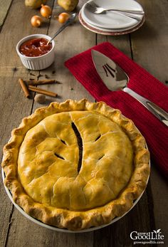 Tourtière, also known as pork pie or meat pie, is a traditional French-Canadian pie French Canadian Meat Pie Recipe, French Meat Pie, Canadian Food, Canadian Cuisine, Meat Recipes, Cooking Recipes, Beef Recepies, Recipies, Dinner Recipes