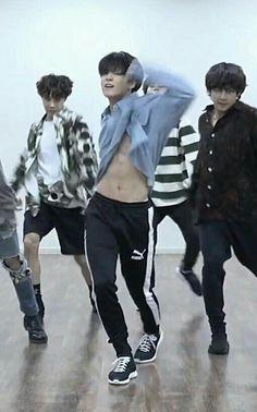 its a part of the choreography, but during the dp too Jungkook? Jungkook Abs, Foto Jungkook, Bts Bangtan Boy, Taehyung Abs, Jung Kook, Foto Bts, Bts Photo, Rapper, Super Junior