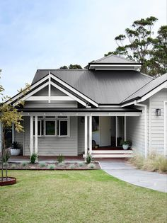 House Exterior Color Schemes, Exterior Paint Colors For House, Exterior Colors, Weatherboard Exterior, Grey Exterior, Colorbond Roof, Exterior Cladding, Hamptons Style Homes, Country Style Homes