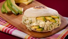 La Reina Pepiada (Arepa filled with Chicken and Avocado Salad) Latin American Food, Latin Food, My Favorite Food, Favorite Recipes, Venezuelan Food, Cocina Natural, Colombian Food, Salty Foods, Empanadas