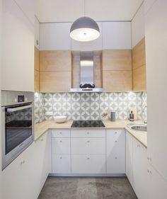 kleine Küche in weiß, hellgrau und helles Holz