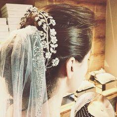 Making of do momento super especial da prova da peça eleita para o grande dia. A noiva de hoje escolheu um pente Bibiana Paranhos com guirlanda de flores, mini pérolas e brilhantes em ouro amarelo e banho vintage. Vem uma noiva lindíssima por aí!  #makingof #bridetobe #noivasbybibiana #bibianaparanhos #jewellery