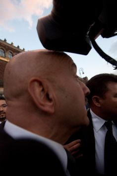 El expresidente de México, Carlos Salinas de Gortari, recibió un 'camarazo' mientras los reporteros intentaban entrevistarlo a su salida del Palacio Nacional, donde se le rindió homenaje al expresidente Miguel de la Madrid (Foto: Cuartoscuro)