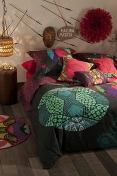 "Desigual Kaleidoscope REVERSIBLE duvet cover. 100% sateen woven with fine, strong threads to make the duvet softer. ""Pack"" indicates a set that includes a duvet cover + pillowcase(s)."