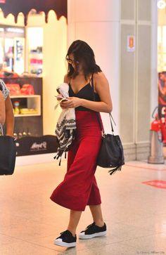 Bruna Marquezine é outra atriz que preza pelo conforto sem deixar de ser moderna. Para viajar a São Paulo, ela escolheu pantacourt da grife Cris Barros, camiseta e tênis Adidas