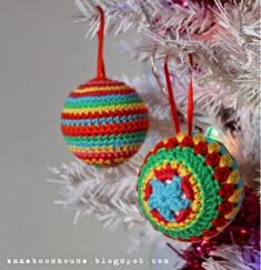Christmas Baubles - Free Amigurumi Pattern here: http://annabooshouse.blogspot.co.uk/2014/11/the-one-with-crochet-balls.html
