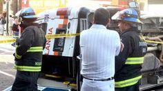 Una ambulancia se volcó fuera de la Presidencia Municipal de Guadalajara, por la calle Independencia y Avenida Alcalde, fue impactada por un auto particular, el percance dejó cuatro personas heridas, dos de ellos de consideración. El vehículo de emergencias venía procedente de San Miguel El Alto. Foto del reportero ciudadano Ricardo Volker.
