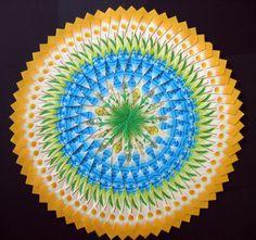 Deze mandala gemaakt van 232 theezakjes, heeft een diameter van 28 cm. Meer mandala's bekijken: Facebook : Ina Gravin. De mandala's en/of de werkbeschrijvingen van de mandala's, zijn te koop.