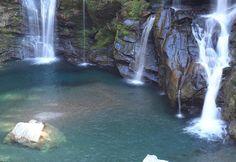 滝壺は驚きの青さ!階段状に渓谷を流れ落ちる豪壮な滝