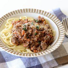 ミートソース・スパゲティのレシピ毎週更新している「料理家さんの定番レシピ」。本日はひと鍋でできるメイン料理、ミートソース・スパゲティのレシピです。多めに作って冷凍すれば、忙しい日の救世主になる頼もしい