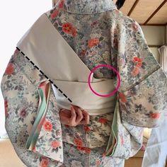 ねじらないお太鼓!帯を傷めずに後ろでキレイに締めるコツ | きものすなお | 着物・浴衣の着付けのコツ | 着物の知識 Kimono Japan, Yukata, Hanfu, Asian Fashion, Kimono Top, Hair Beauty, Costumes, Sewing, Life