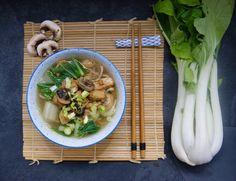 Soupe-repas de nouilles au pak choï et tofu mariné Chou Pak Choi, Pak Choï, Sauce Chili, Vegan, Chicken, Food, Cream Soups, Sprouts, Eat