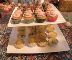 Mini cupcakes variados y tartaletas variadas de crema pastelera y fruta. El mejor de los postres!