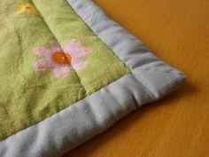 Anleitung wie man den Rand einer Decke mit Schrägband einfasst