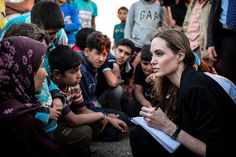 Fotografía facilitada por el Alto Comisionado de las Naciones Unidas para los Refugiados (ACNUR), de la actriz estadounidense Angelina Jolie, que se encuentra de visita en Jordania para dar su apoyo a los refugiados sirios que han tenido que huir de su país como consecuencia del conflicto. El viaje de Jolie coincide con la conmemoración del Día Mundial del Refugiado, mañana 20 de junio.