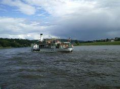 Mit dem Dampfer vom nahegelegenen Anleger aus nach Dresden, Pirna, Meissen, Rathen, Bad Schandau oder auch nach Tschechien.