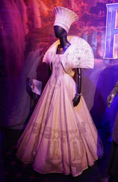 Queen Mother Ramonda and Shuri costumes from Black Panther on display. Black Panther Marvel, Black Panther Costume, Black Panther Clothing, Catwoman Cosplay, African Traditions, Big Dresses, Queen Costume, Queen Mother, Fantasy Costumes