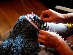 Finishing up a scarf Tutorial How To Cast Off Rectangular Loom - Knifty Knitter Note : this one looks so much easier to me . Loom Knitting Stitches, Knifty Knitter, Loom Knitting Projects, Circular Knitting Needles, Knitting Videos, Arm Knitting, Knitting Tutorials, Loom Crochet, Crochet Granny