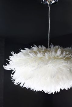 DIY Feather Pendant Light Tutorial (a beautiful mess) Feather Lamp, I Love Lamp, Ideias Diy, Beautiful Mess, Fall Diy, Lampshades, Lampshade Ideas, Light Up, Lamp Light