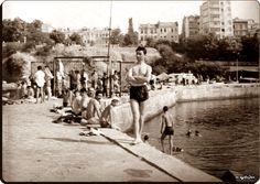 Kadıköy, Moda iskelesi yakınlarında denize giren halk 1965.