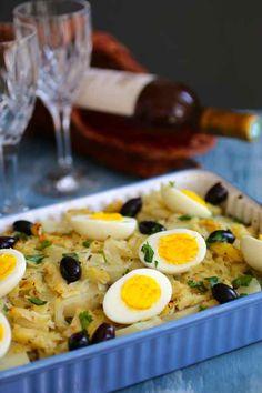 Bacalhau a gomes de sa.  Recette Portugaise. Le Bacalhau a Gomes de Sa est l'une des plus célèbres recettes de morue au Portugal, avec de la pomme de terre, oignon, ail et garnie d'oeufs et d'olives.. La recette par 196 flavors.