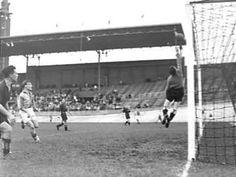 Wedstrijdmoment uit de wedstrijd tussen DWS en HBS (3-1). Gespeeld op 24 oktober 1948.