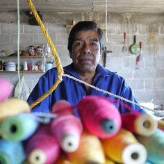 Agustín Tlilayatzi es colaborador de Recrear y en su taller teje textiles para tapete y cobija con fibra regenerada en telar de pedal.