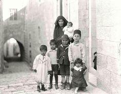 أم وأطفالها في القدس - فلسطين 1932م  Mother and children in Jerusalem-Palestine 1932