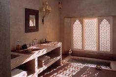Marrokaanse badkamer afgewerkt met tafelakt. Prachtig die sobere kleuren en materialen die toch rijk overkomen.