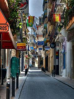 Una de las callejuelas de Benidorm repleta de servicios turísticos o complementarios del turismo.