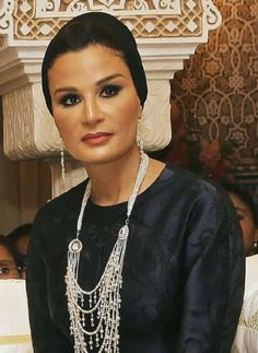 Close up on Sheikha Mozah's gorgeous necklace.