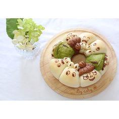 *本日のキャラちぎりパン* ムーミンより、 《ムーミンと仲間達ちぎりパン》   ↓↓↓  「日本一簡単に家で焼けるパンレシピ」  第一弾 スクエア型レシピより 牛乳&バター多めちぎりパンを ベースにしました。  はじめにココアと抹茶を 小さじ1/2に同量の水でといておく。  一次発酵前のこねあがったところで 全体の生地から60g取ります。 さらにそれを30gずつにし、 はじめに溶かしておいた ココアと抹茶をそれぞれ 好みの色になるまで少量ずつ 練りこみます。  通常の作り方にもどり、 ベンチタイム後に ムーミンママお得意の イチゴジャムを in ♡ (うちでは市販のジャムですw)  焼き上がり粗熱が取れてから チョコペンにて顔を書きました ◟̆◞̆୨୧˖  ⁂Instagram  @yuka_ann & @umi0407  お二方のパンを参考にさせて 頂きました◟̆◞̆୨୧˖