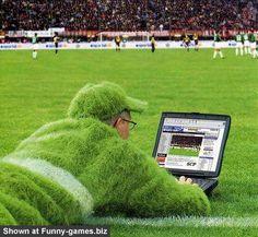 Nuevo pasto natural en el estadio Omnilife de las chivas, con Sr. Cruyff checando su efectividad