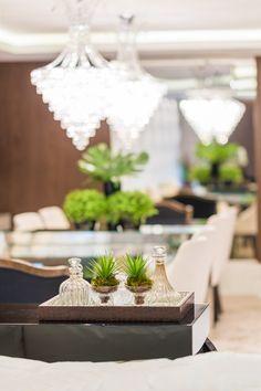 Saviany Monteiro conjugou o estilo clássico com o moderno para valorizar os interiores deste apartamento localizado de frente para o mar, em Florianópolis.