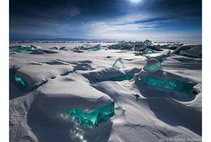 What a woderful world!@極寒の地、ロシアは東シベリアの南部に位置するバイカル湖は、冬の約5ヶ月の間、凍りつくのだそう。バイカル湖といえば、世界遺産にも登録されており...