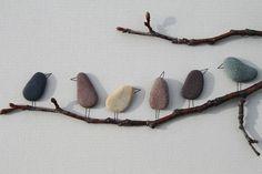 """""""Pebble Birds"""" Vögel aus Steinrn gebastelt. Eine tolle Idee zum Basteln mit Steinen, z.B. für ein Wandbild."""
