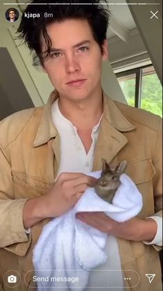 Cole Sprouse with a bunny so cute ♥️🥰♥️🥰 Riverdale Funny, Riverdale Memes, Riverdale Cast, Sprouse Bros, Dylan Sprouse, Sprouse Cole, Cole Sprouse Funny, Camila Mendes Riverdale, Zack Y Cody
