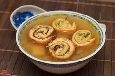 Gyömbéres-bambuszrügyes csirkeleves omlett-tekercsekkel Thai Red Curry, Soup, Ethnic Recipes, Soups