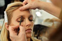 ::::Il-make-up-affidato-alla-make-up-artist-Pat-Mc-Grath-punta-tutto-sullo-sguardo-con-polveri-che-riprendono-i-colori-della-terra_hg_temp2_s_full_l Base Mac, Makati, Make Up, Hair Styles, Beauty, Blog, Hair Plait Styles, Hair Makeup, Makeup