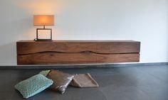 Vrijhangend tv-meubel in massief notenhout van 250cm lang.  Het zwevende dressoir wordt op maat gemaakt en thuis opgehangen door de meubelmaker en ontwerper. Ter plekke worden snoer en stekker gaten pas gemaakt. www.goeters.nl