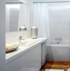 Aranżacja łazienki jest ładna i bardzo prosta. Drewno w łazience ociepliło wnętrze. Jasna aranżacja łazienki w stylu japońskim pasuje do reszty mieszkania urządzonego w minimalistycznym stylu.