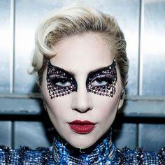 Olha a Lady Gaga no Super Bowl! Sabia que esses cristais no olho são de uma marca inglesa de adesivos? Clica pra ver mais da Face Lace